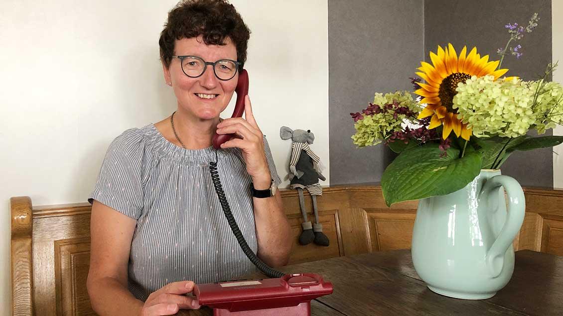 Geschäftsführerin Ursula Muhle am Telefon.