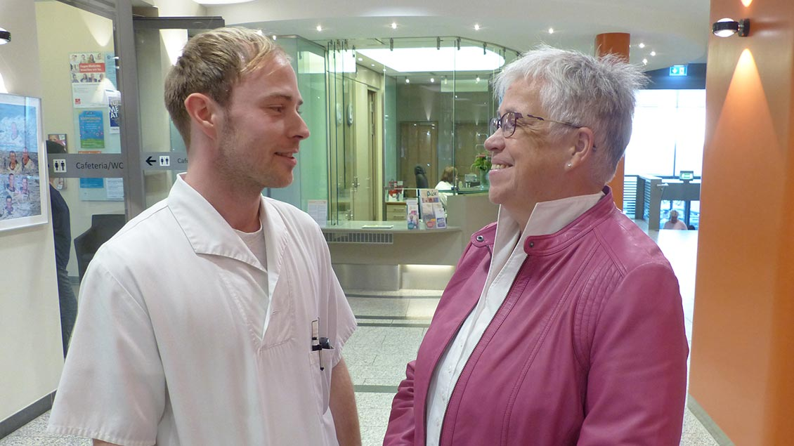 Pastoralreferentin Gunda Holtmann spricht mit einem Krankenpfleger im Pius-Hospital Oldenburg.