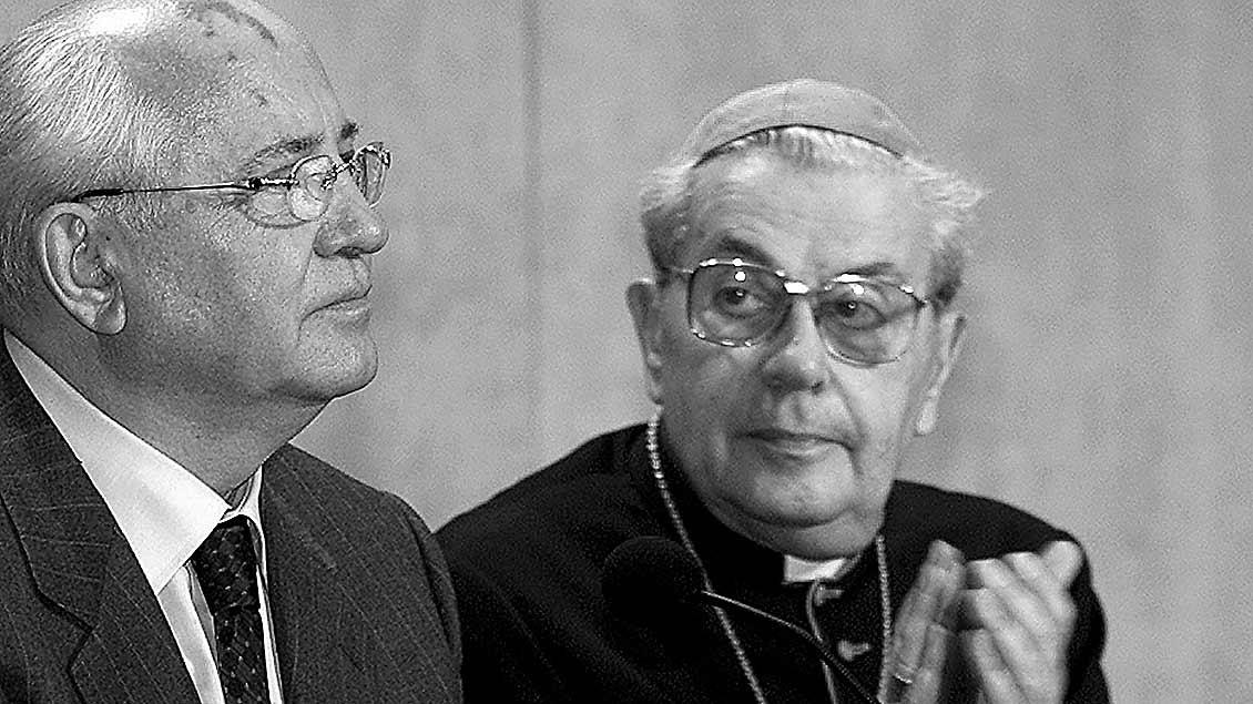 Kardinal Achille Silvestrini und der frühere sowjetische Staatschef Michail Gorbatschow.