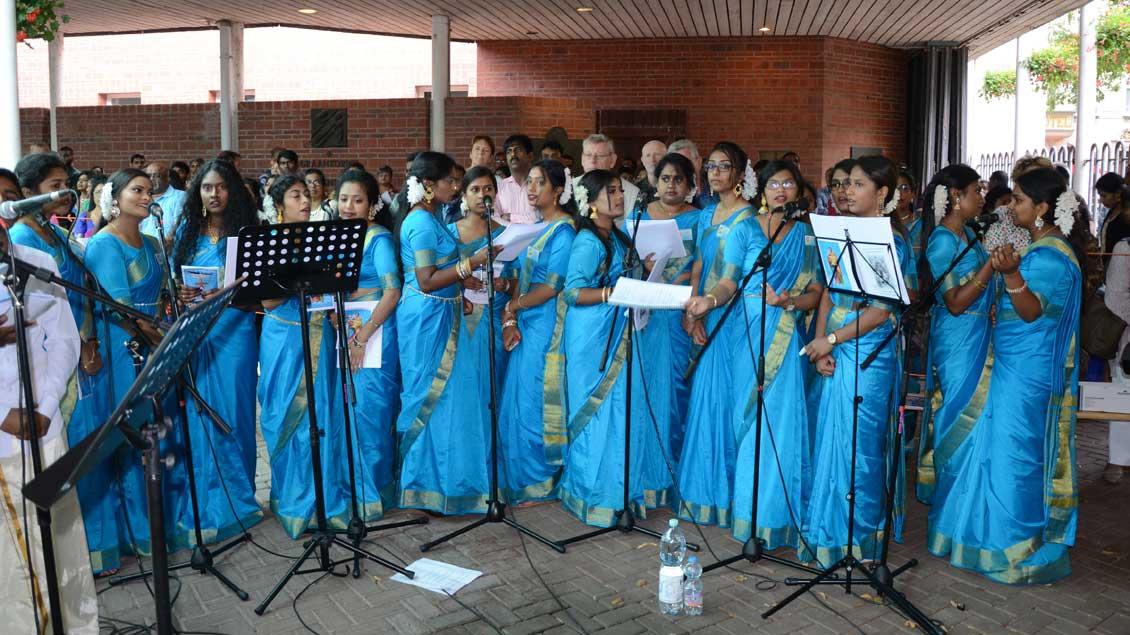 Ein Frauenchor sang