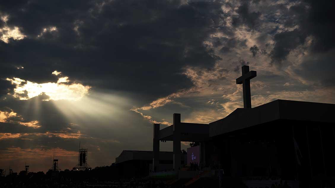 Dunkle Wolken über einem Kreuz