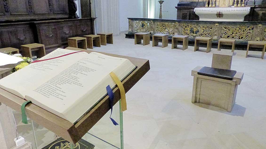 Für diese Werktagsmesse am Abend werden Schemel im Chorraum von St. Georg Vechta aufgestellt. Foto: Franz Josef Scheeben