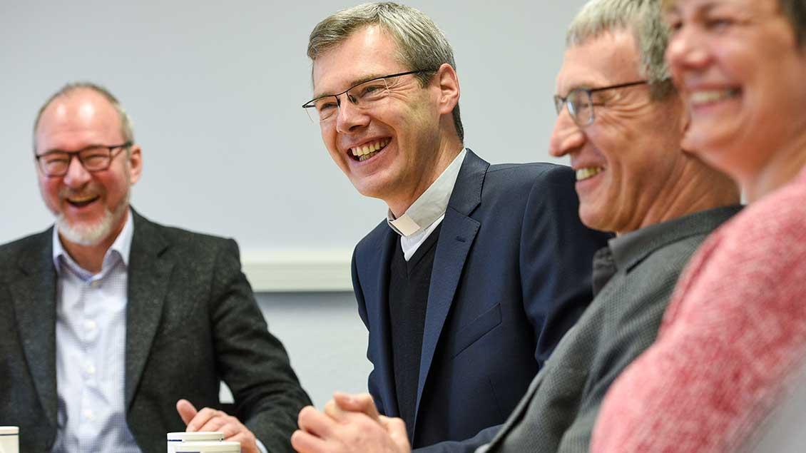 Bischof Heiner Wilmer mit Mitarbeitern
