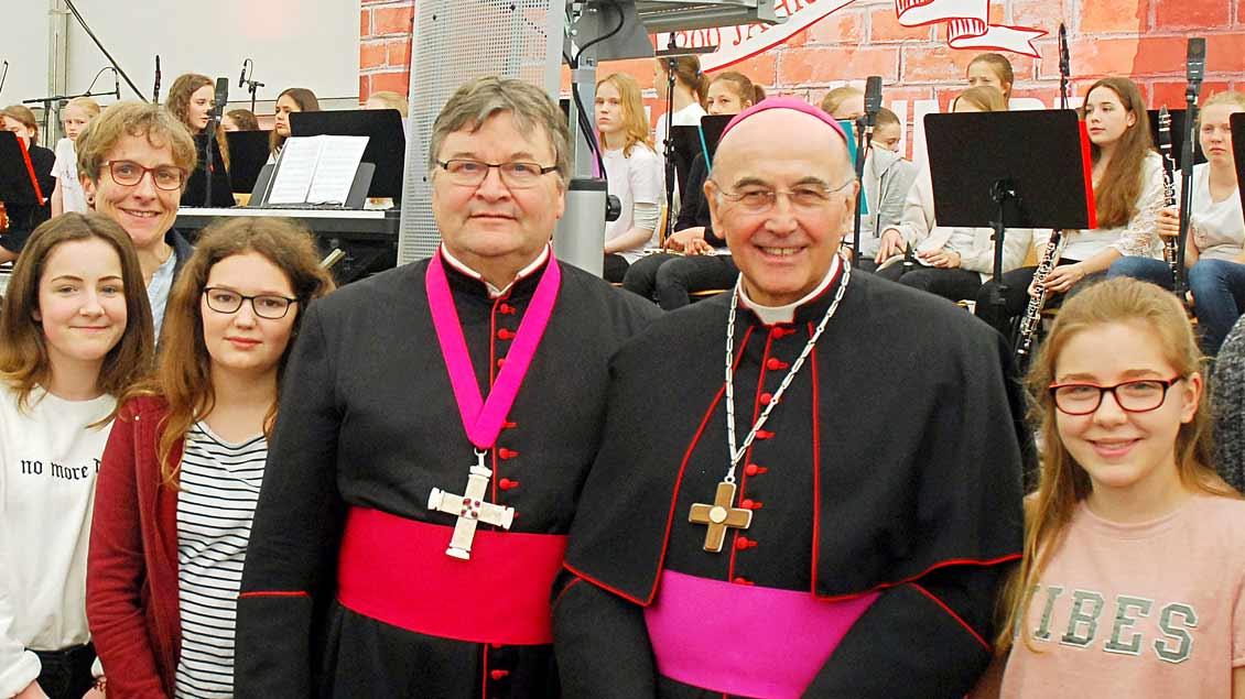Bischof Felix Genn (rechts) und Propst Klaus Wittke auf einer Veranstaltungen mit Schülerinnen.