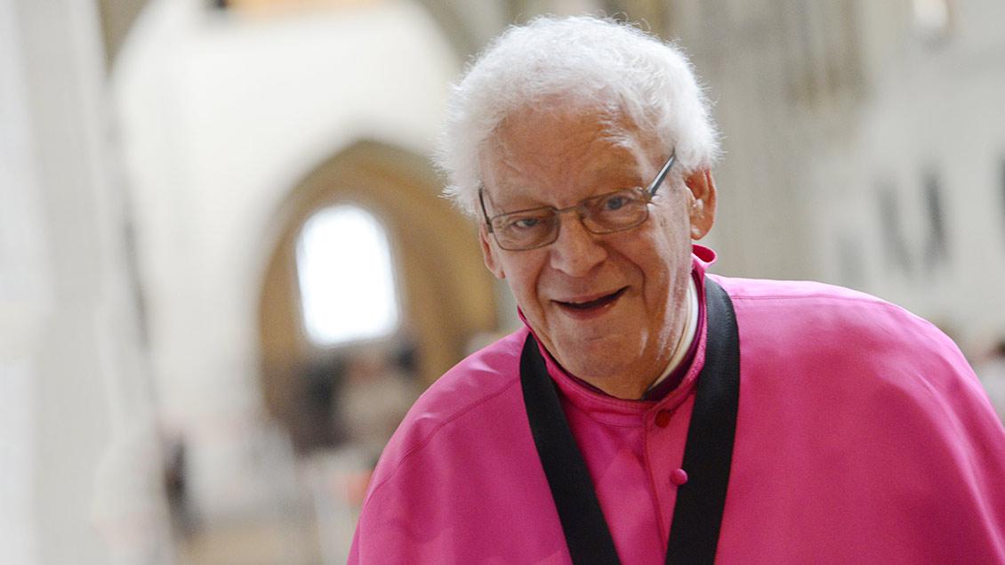 Domkapitular Walter Böcker lächelt in die Kamera.