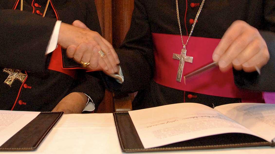 Händedruck zweier Bischöfe