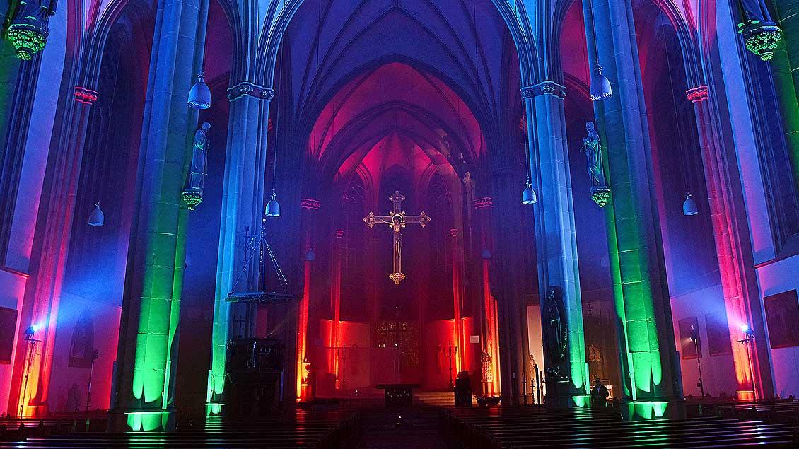 Laserlichter im Kirchenraum