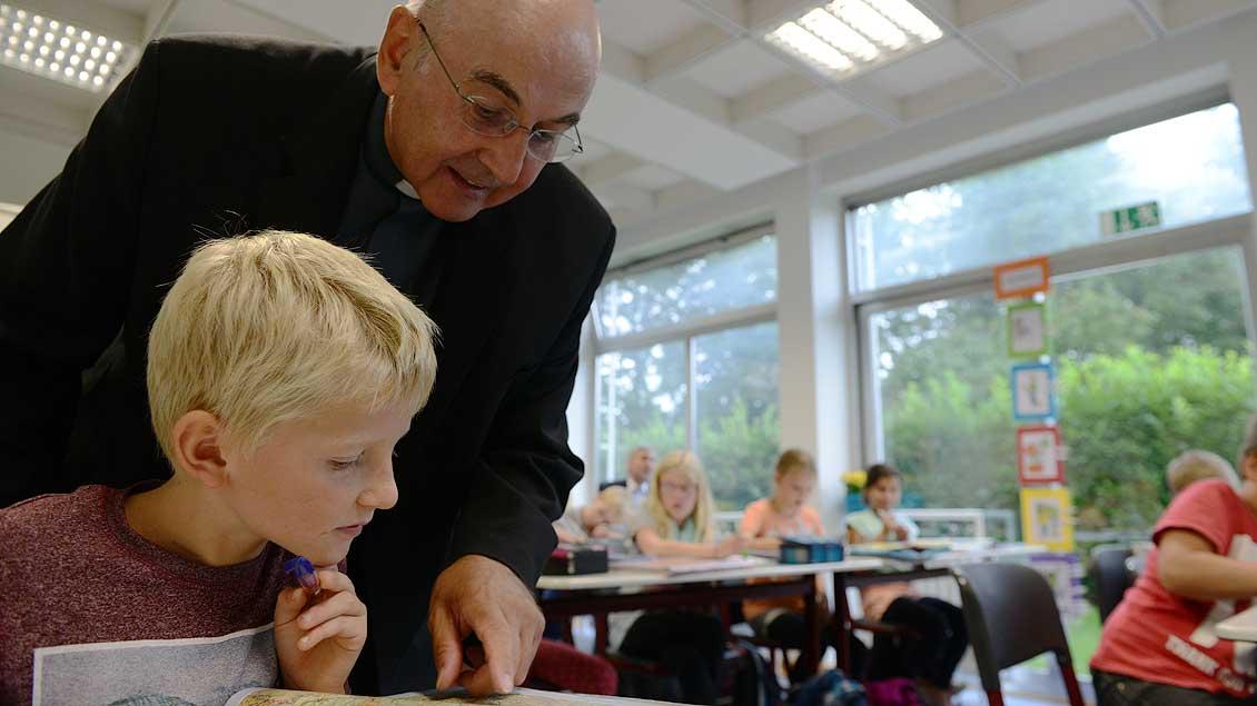 Bischof Genn besucht eine Schulklasse