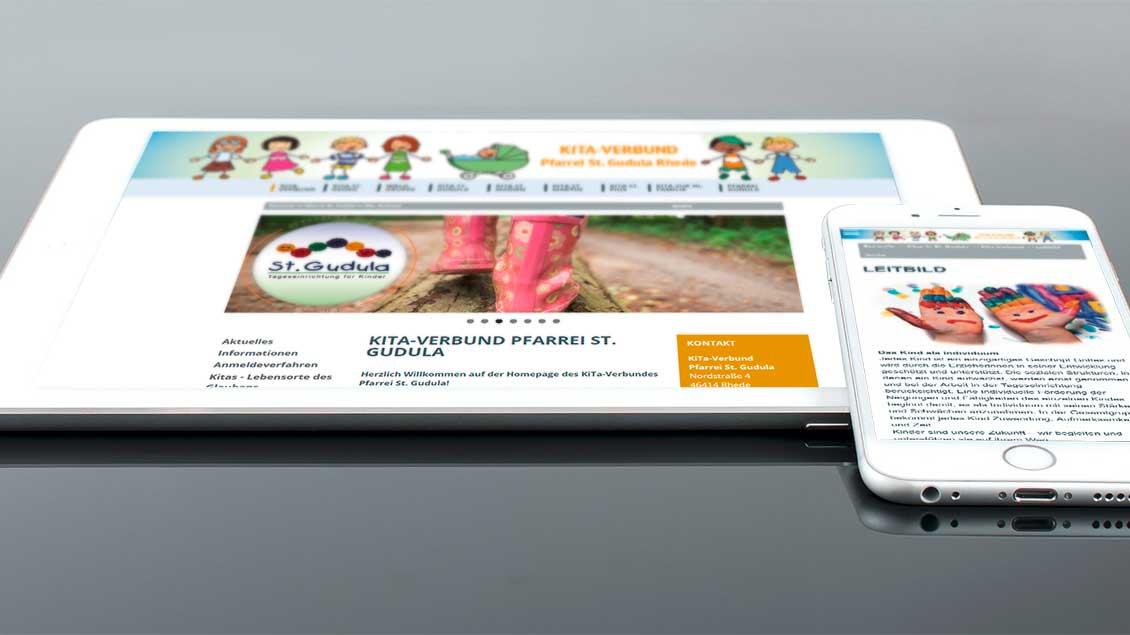 Ein Tablet und ein Smartphone auf denen die Seite www.kitas-st-gudula.de aufgerufen ist.
