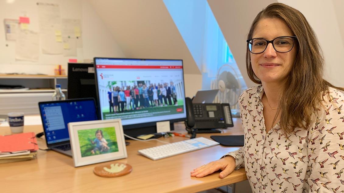 Kerstin Bücker sitzt im Büro am Computer.