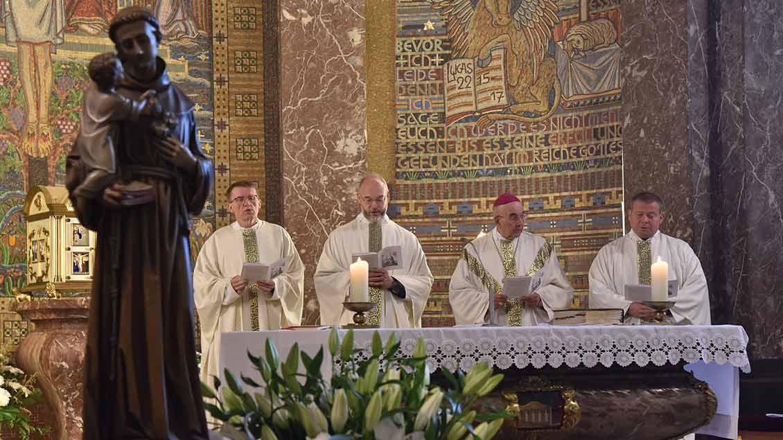 Pfarrer Martin Knipper aus Goldenstedt, Monsignore Dirk Költgen, Bischof Felix Genn und Pfarrer Thomas Kathmann (Bethen).