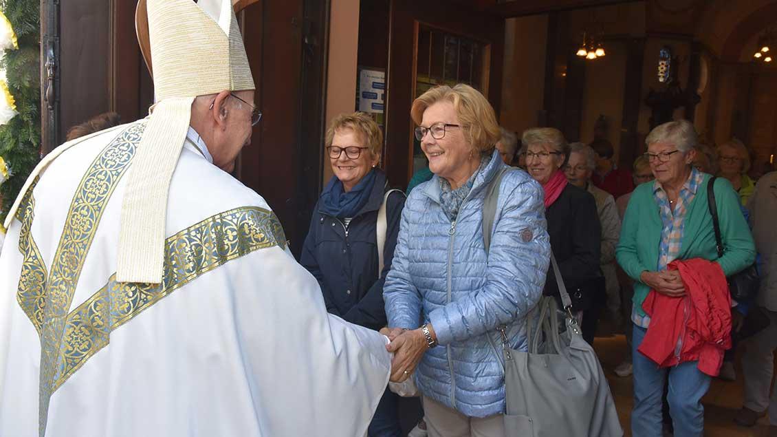 Bischof Genn begrüßte nach dem Gottesdienst alle Teilnehmer mit Handschlag.