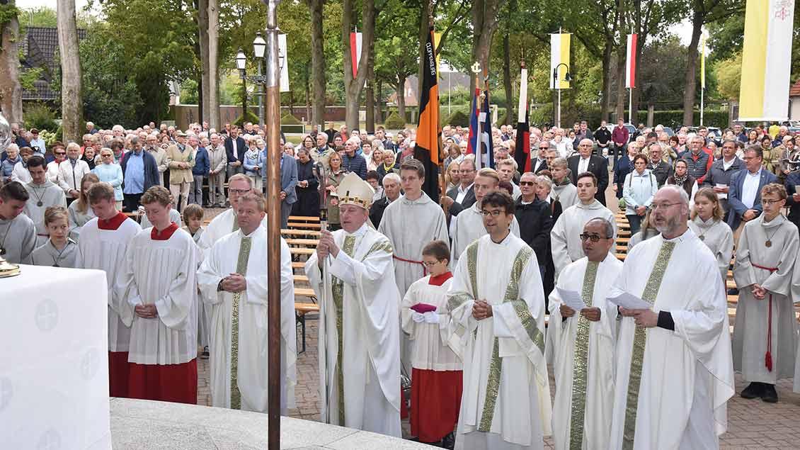 Weihbischof Wilfried Theising und die feiernde Gemeinde