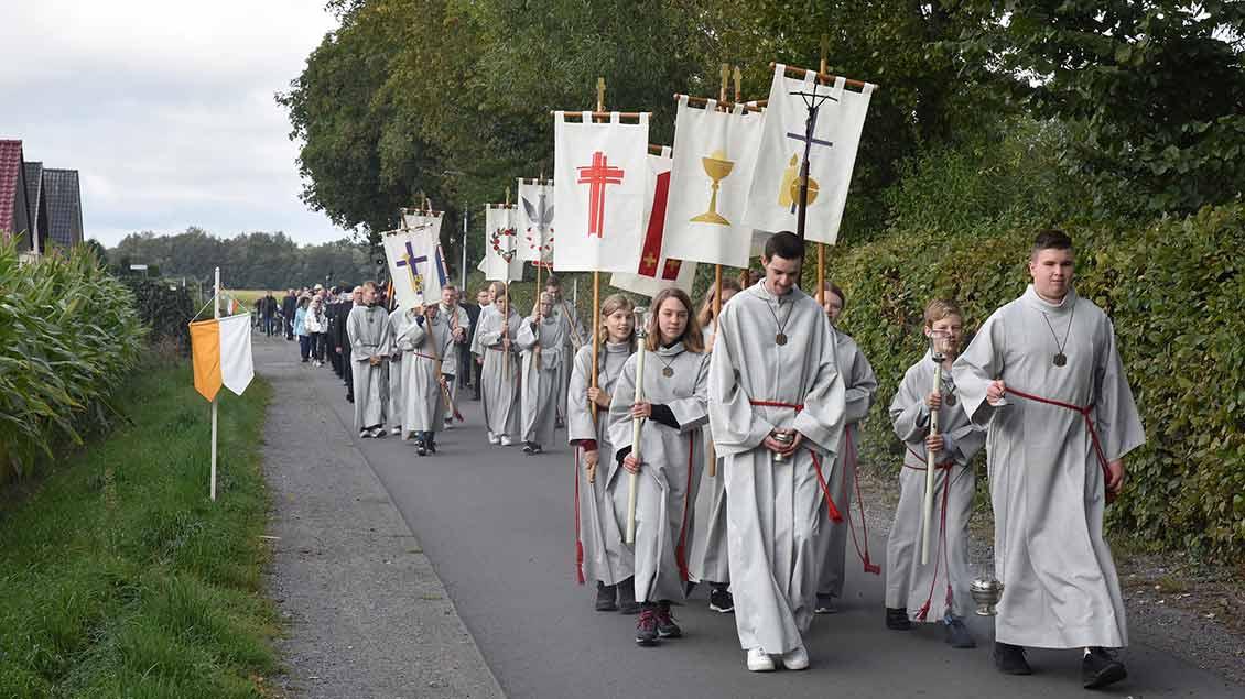 Maria-Geburts-Prozession von der St.-Josef-Kirche zur Wallfahrtsbasilika in Bethen.