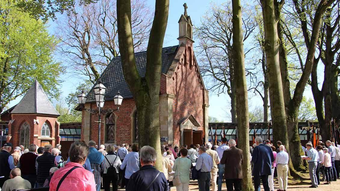 Kolpingsfamilien bei einer Wallfahrt vor der Gnadenkapelle in Bethen. | Foto: Nina Holstermann
