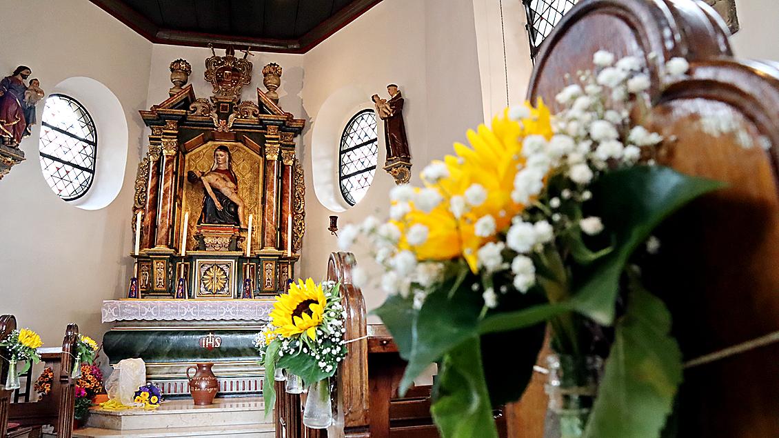 Geschmückt mit Blumen präsentierte sich zum Weihejubiläum die Wallfahrtskapelle in Bethen. | Foto: Michael Rottmann