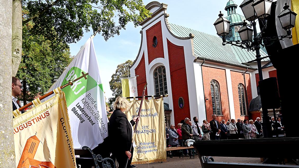 Zahlreiche Verbände waren mit Bannerabordnungen zum Gottesdienst mit Nuntius Nikola Eterović nach Bethen gekommen. Hier zu sehen der Bund der Deutschen katholischen Jugend (BDKJ) und die Katholische Frauengemeinschaft Hoheging, Kellerhöhe, Bürgermoor. | Foto: Michael Rottmann
