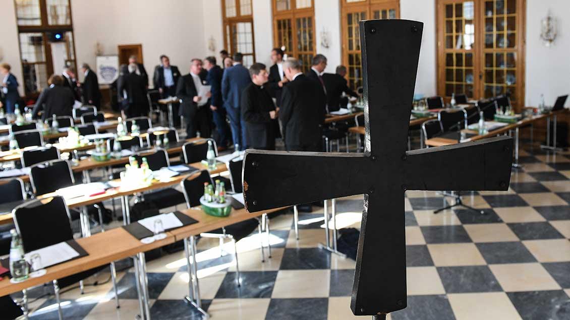 """Bichöfe und Laien in einem Saal in Fulda bei einer gemeinsamen Konferenz zur Vorbereitung des """"synodalen Wegs""""."""