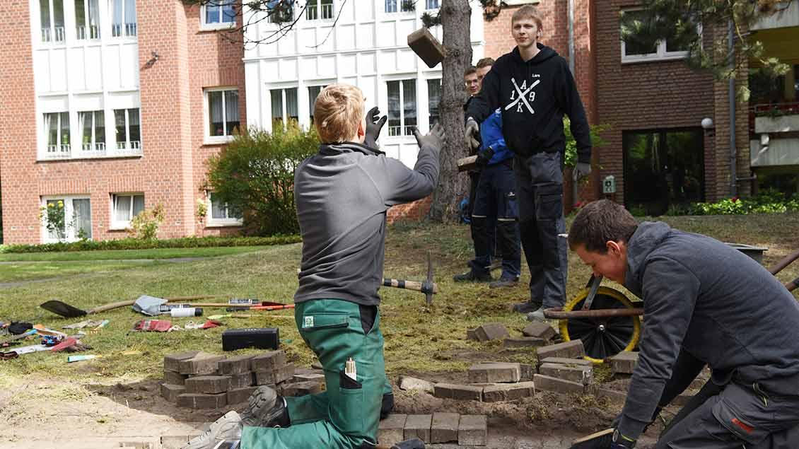 Jugendliche gestalten in Senden während der 72-Stunden-Aktion den Garten eines Seniorenwohnheims neu