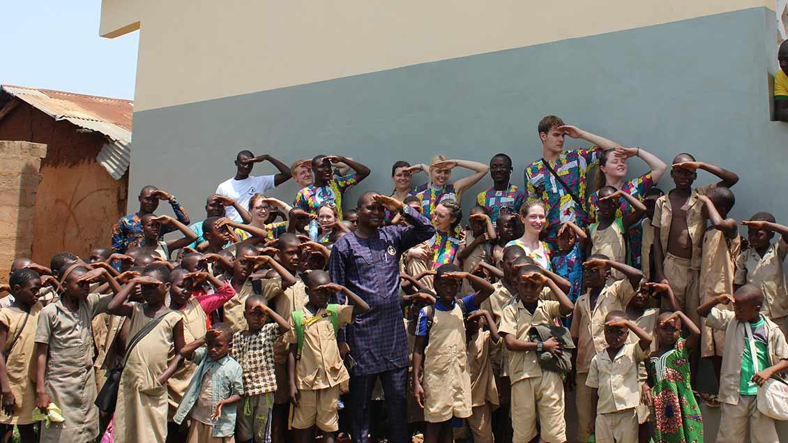 Studentinnen und Studenten aus Münster bei der Eröffnung neuer Schulgebäude im Benin