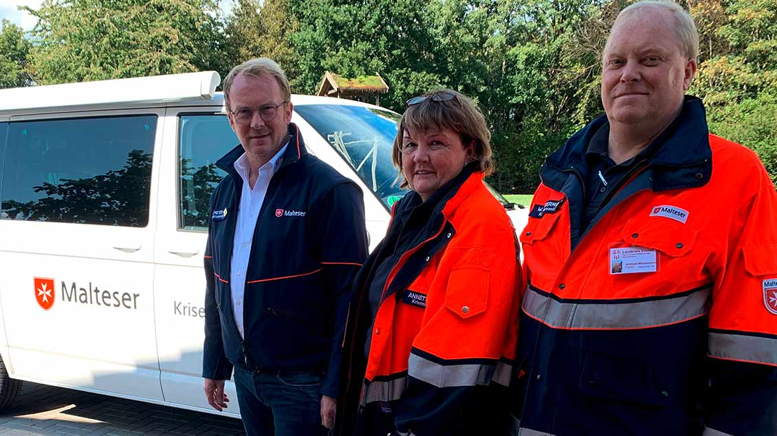 """Johannes Meyer (links) mit Annette Kramer und Willibald Meistermann als Vertreter des """"Stillen Dienstes"""" der Malteser"""
