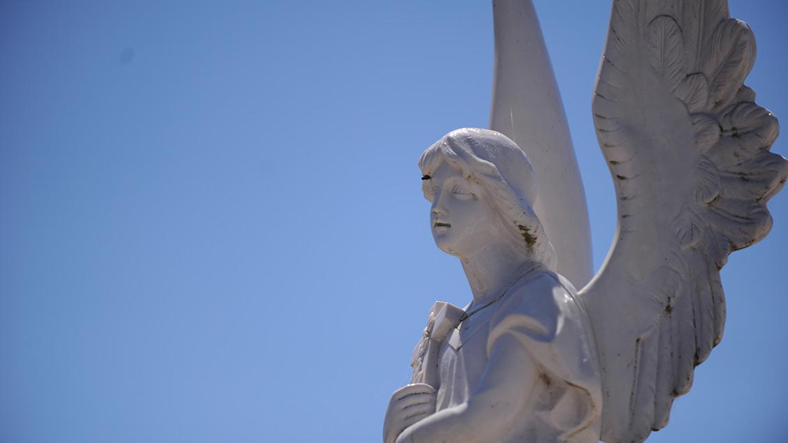 Weiße Engel-Statue.