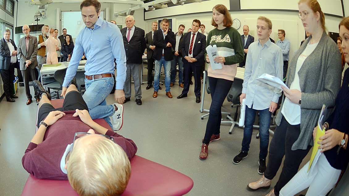 Roman Stapelfeldt, Ärztlicher Leiter des Medizin-Projekts der Gaesdonck, erläutert an einem lebenden Modell, wie eine verletzte Patellasehne zu behandeln ist. Foto: Jürgen Kappel