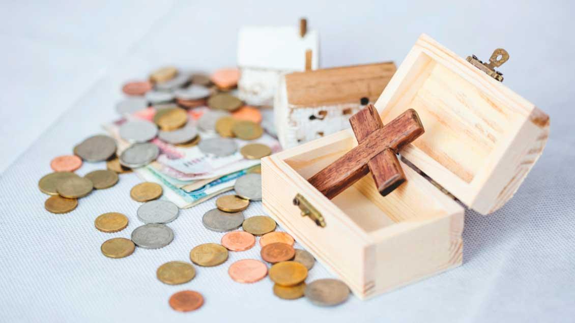 Geld und ein Kreuz