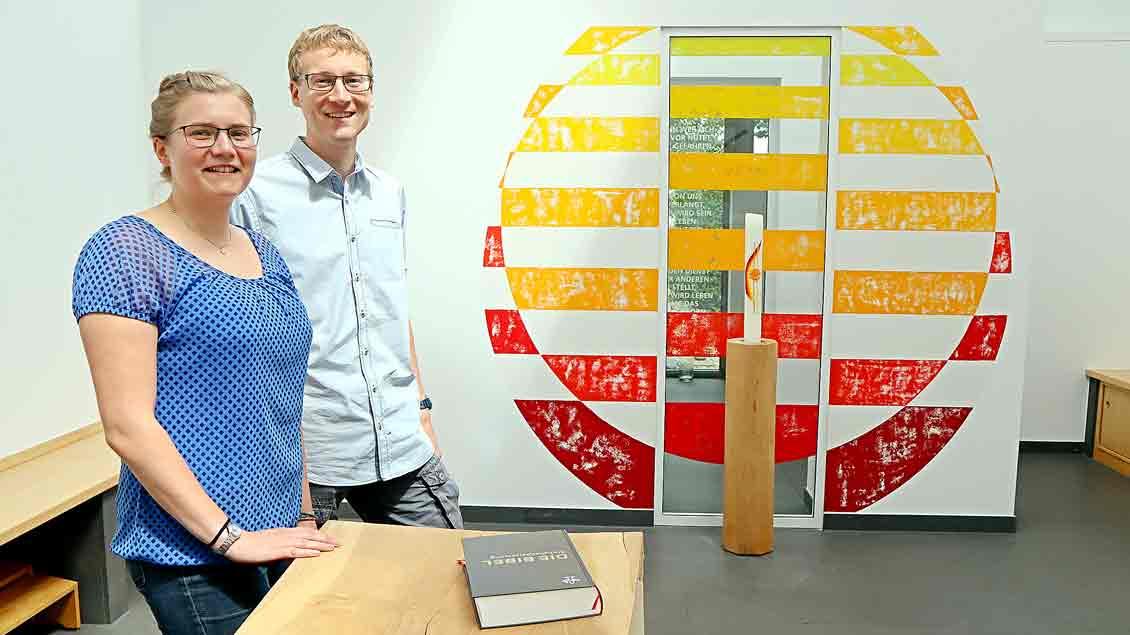 Ronja Paffrath und Christian Hasler im Raum der Stille der Katholischen Hochschulgemeinde Oldenburg