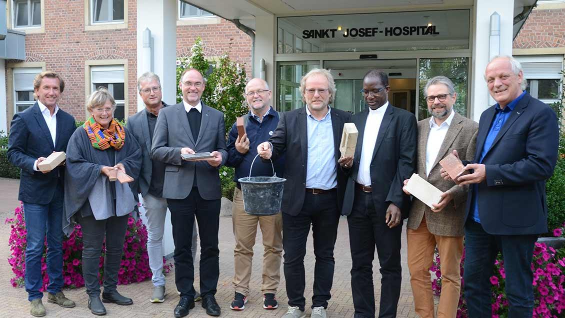 Erzbischof Laurent Lompo (3. Von rechts) im Kreise der Unterstützer für den Bau eines Krankenhaus im Niger vor dem St. Josef-Hospital in Xanten.