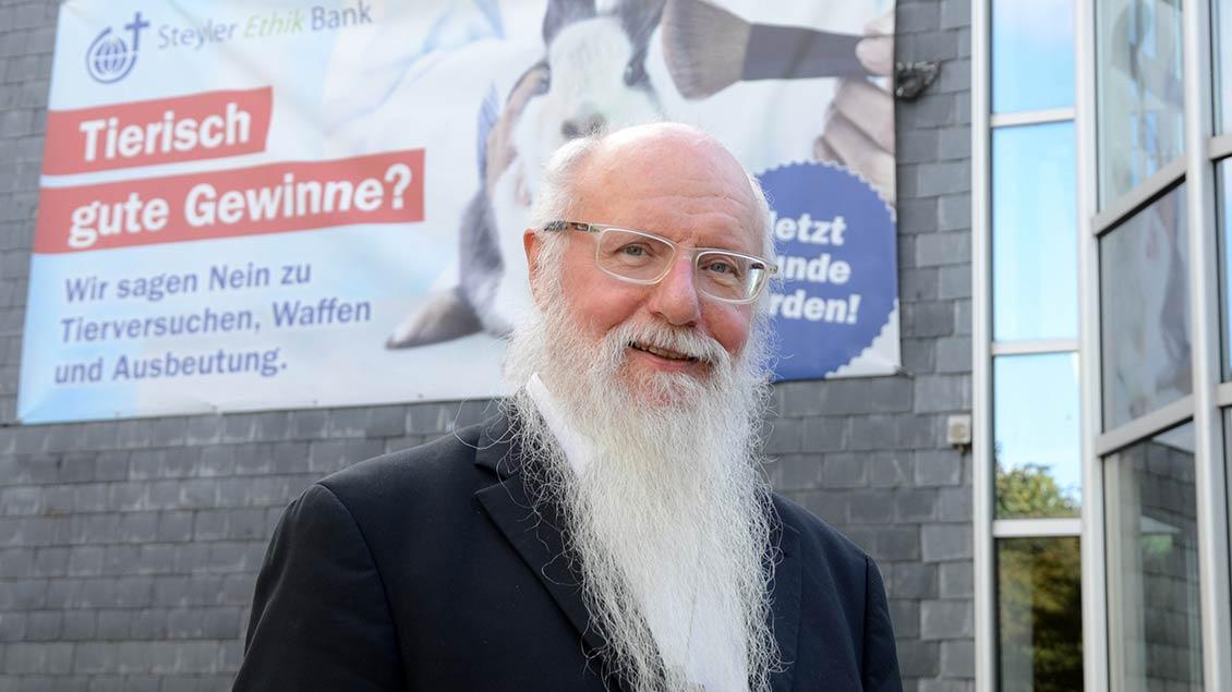 Kondrad Liebscher vor der Steyler Ethik-Bank in St. Augustin. Foto: Jürgen Kappel