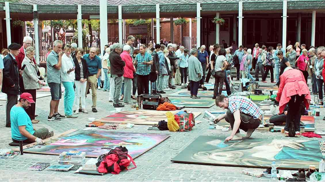 Madonnari-Künstler fertigen Bilder im Forum Pax Christi an.