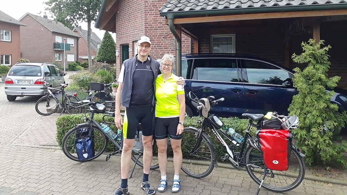 Angelika und Franz Schmeink vor ihrem Haus.