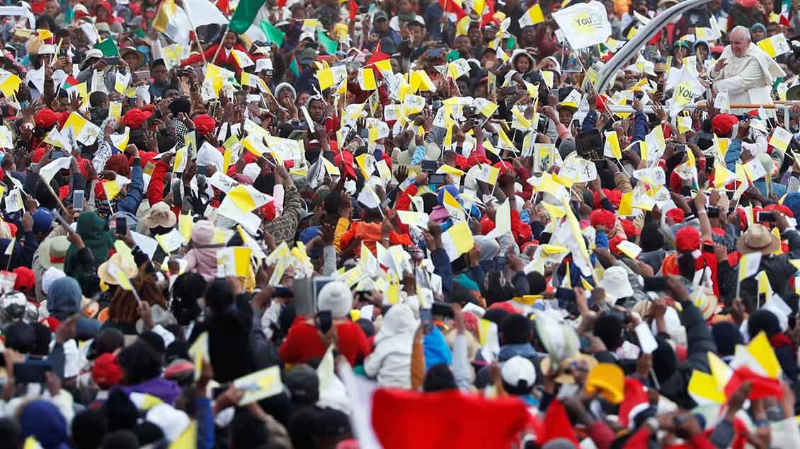 Papst Franziskus fährt im Papamobil durch die Menschenmenge Foto: Yara Nardi (Reuters)