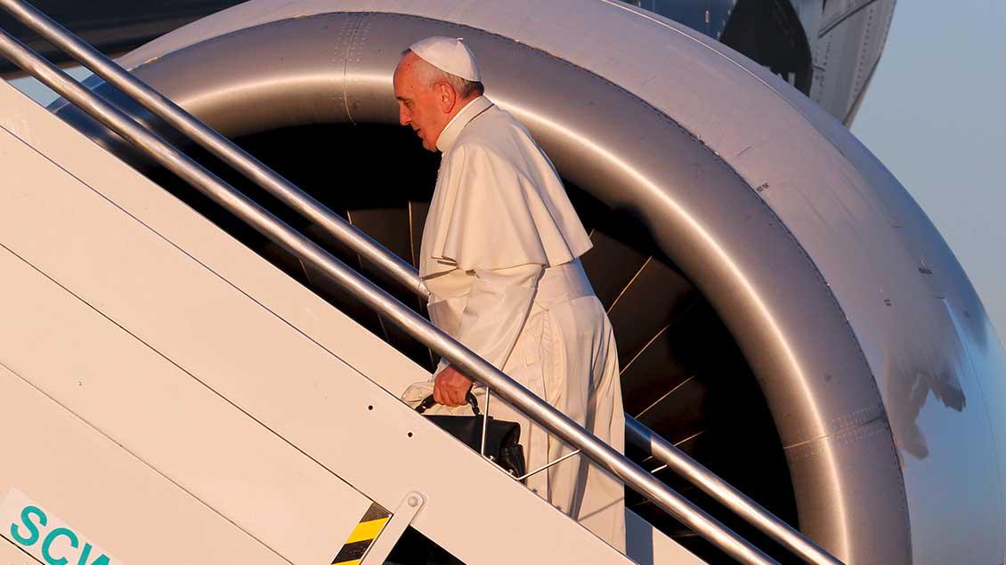 Papst betritt Flugzeug