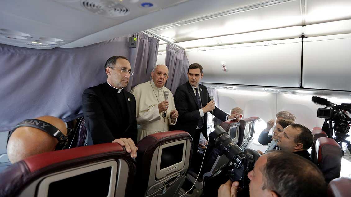 Papst Franziskus bei einer Pressekonferenz im Flugzeug