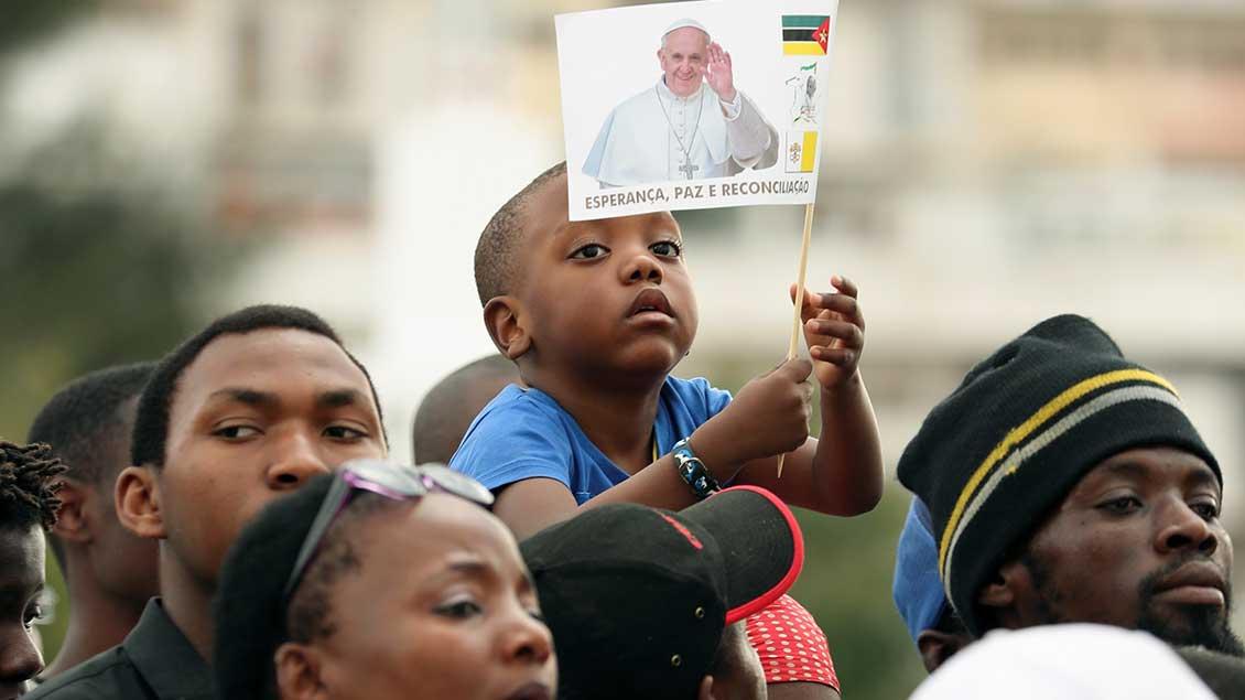 Ein Kind erwartet mit einer kleine Flagge Papst Franziskus in der mosambikanischen Hauptstadt Maputo.
