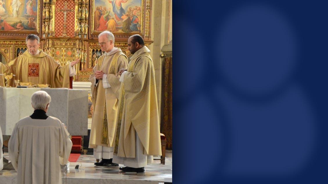 Kaplan Pater Jaison Jose bei einem Gottesdienst mit Propst Hans-Bernd Serries und dem früheren Generalvikar Norbert Köster (v.r.).