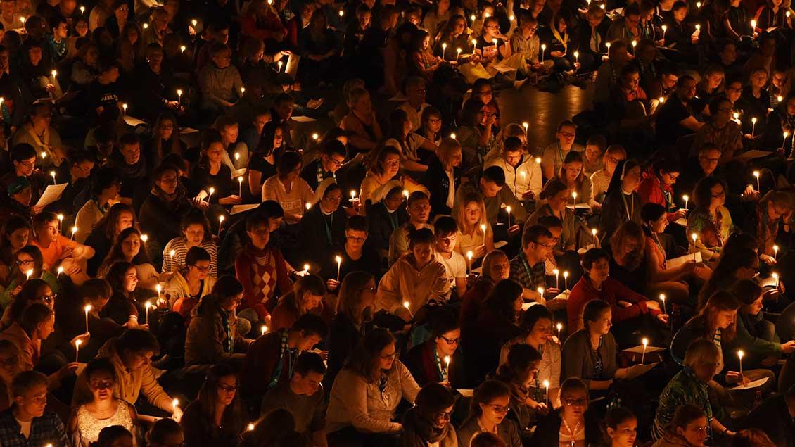 Viele Jugendliche erstrahlen die Nacht mit ihren Kerzen.