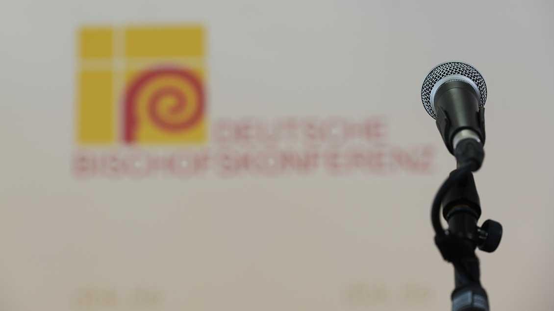 Mikro vor dem Logo der Bischofskonferenz
