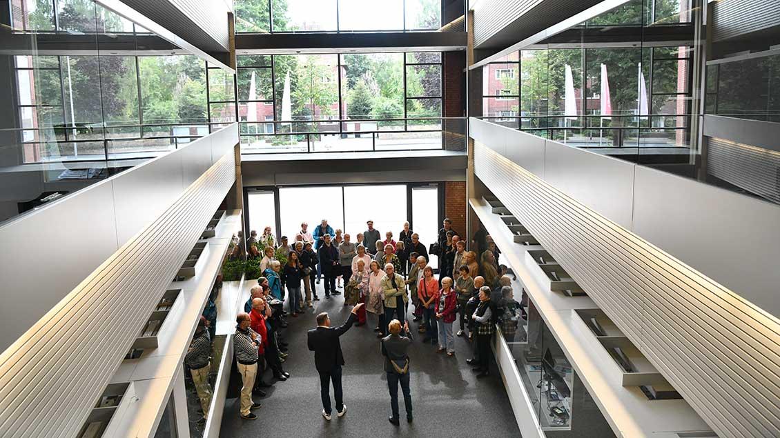 Blick ins Medienhaus mit Besuchergruppe