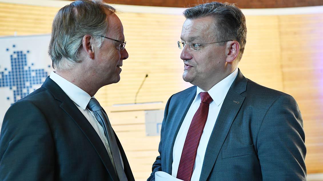 Generalvikar Klaus Winterkamp (links) im Gespräch mit Ralf Hammecke, dem Geschäftsführer der Bistumszeitung Kirche+Leben, in deren Redaktionsräumen die Preisverleihung stattfand. | Foto: Michael Bönte