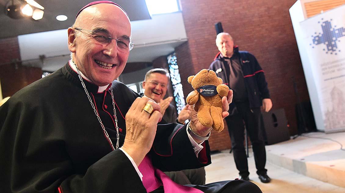 Gegen-Geschenk: Die Malteser aus Lohne schenkten Bischof Felix Genn einen kleinen Teddybären. | Foto: Michael Bönte