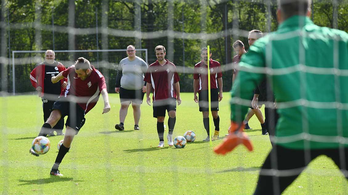 Ein Spieler der Alexianer-Werkstatt schießt auf das Rot von Preußentorwart Schulze Niehues.