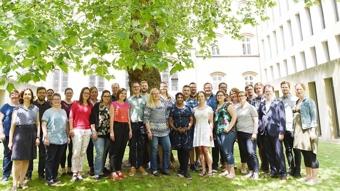 Die Gruppe der neuen Pastoralreferenten steht gemeinsam im Garten des Liudgerhauses in Münster.