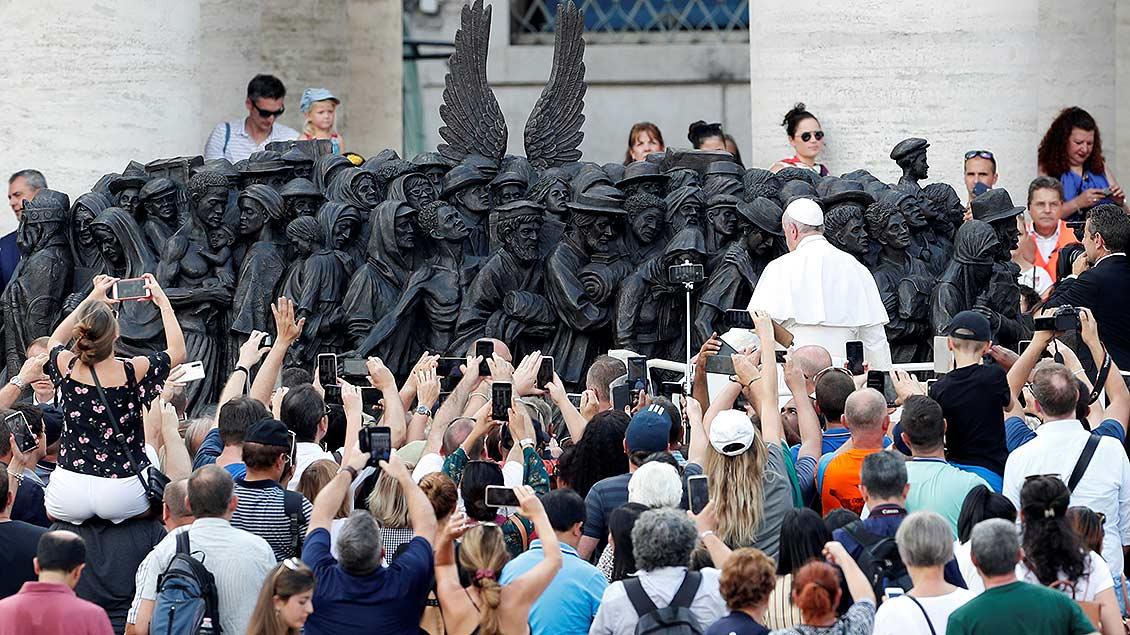 Papst Franziskus enthüllt die Skulptur auf dem Petersplatz.