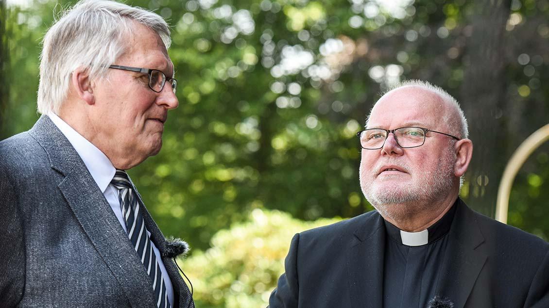 Kardinal Reinhard Marx und Thomas Sternberg sprechen miteinander.