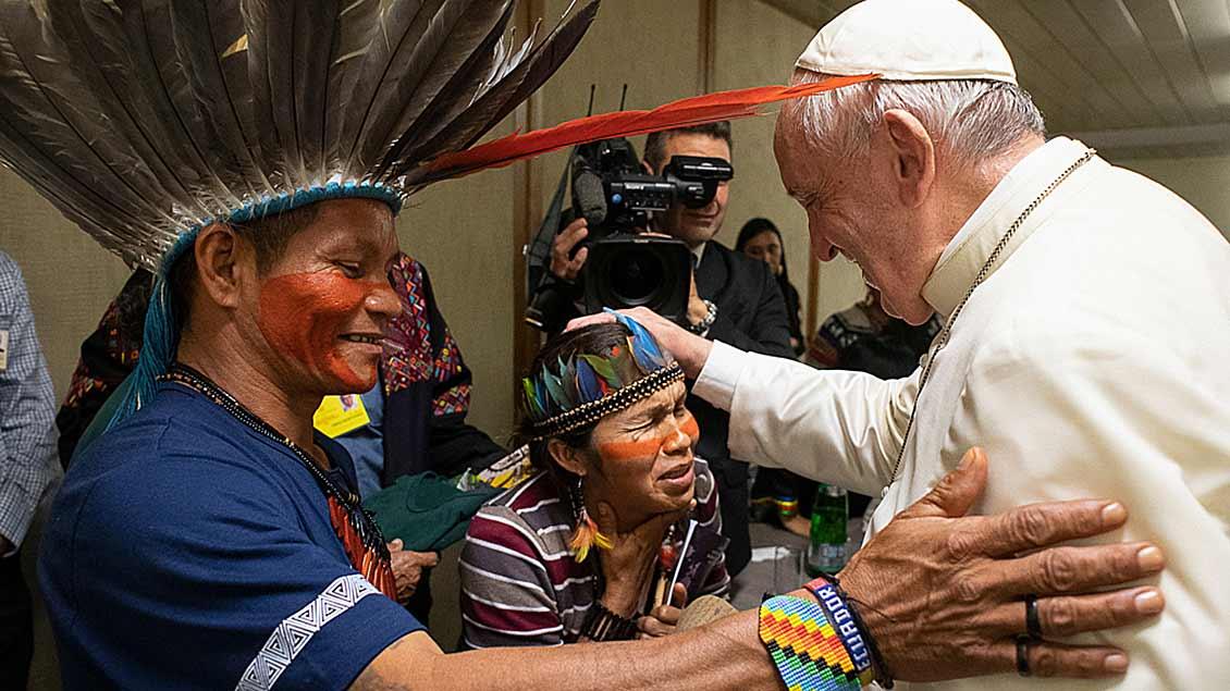 Papst Franziskus mit Teilnehmern der Amazonas-Synode Foto: Romano Siciliani (KNA)
