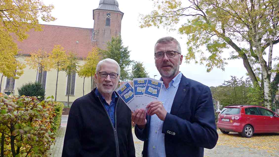 Bernd Strickmann, Pfarrer von Cloppenburg St. Andreas, und Günther Kannen vom Pfarreirat stellen das Projekt Glaubensjahr Memory vor.