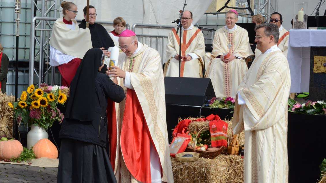 Indische Ordensschwestern überreichten Bischof Felix Genn eine Kerze.